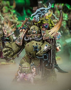 Futuristic armoured humanoid in 1/56 scale (Plague Marine Champion build #2 of the Chaos Death Guard for Warhammer 40,000 Ed8) from Games Workshop, 2017 - Miniature figure review