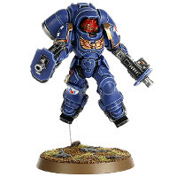 Futuristic warrior in full armour in 1/64 scale (Primaris Space Marine Inceptor Sergeant #1 in Mk10 Inceptor Gravis armour, with assault bolter in both hands for Warhammer 40.000 Ed8) from Games Workshop, 2017