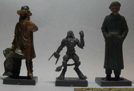 Size comparison of Yndij Reaver with 1:35 miniatures: From left to right: 40mm high shepherd, Yndij Reaver from Mantic Games, 54mm high soldier.