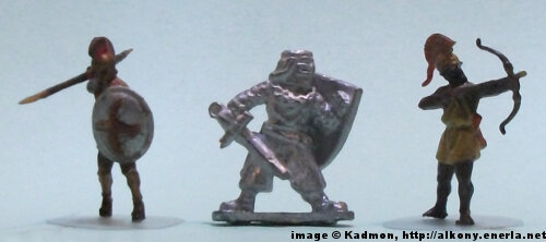 Foot Knight from Menhir Games - 1:72 (25mm) comparison with Zvezda Greek Hoplite (left) and Zvezda Greek archer (right).