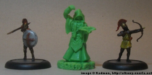 Cthulhu Wars Cultist from Petersen Games - 1:72 (25mm) comparison with Zvezda Greek Hoplite (left) and Zvezda Greek archer (right).